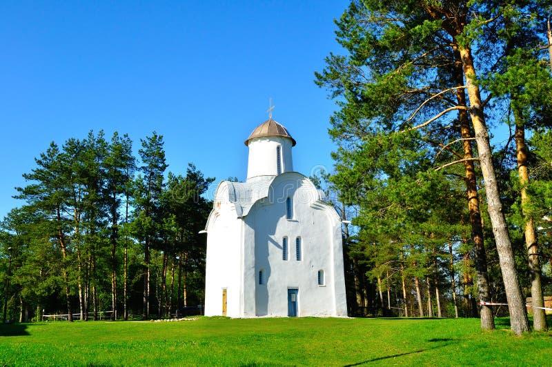 Capela de Peryn igualmente conhecida como a igreja da natividade do Theotokos em Peryn Skete em Veliky Novgorod, Rússia foto de stock