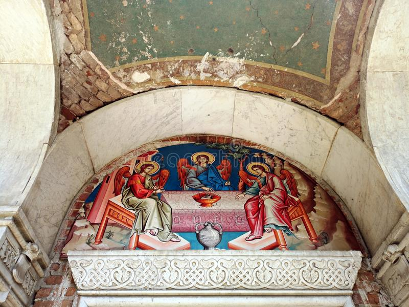 Capela de Sfanta Treime em Buftea - pintura exterior fotos de stock royalty free