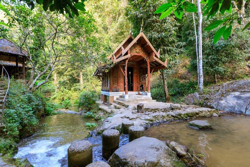 capela do Meados de-córrego no templo de Wat Khantha Phueksa na vila de Mae Kampong, Chiang Mai, Tailândia foto de stock royalty free