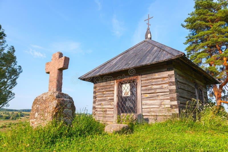 Capela e cruz ortodoxos de madeira pequenas antigas fotos de stock royalty free