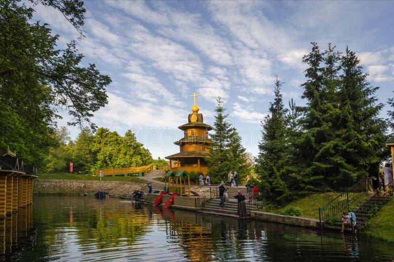 Capela e a fonte de serafim de Sarov em Diveevo em Rússia foto de stock