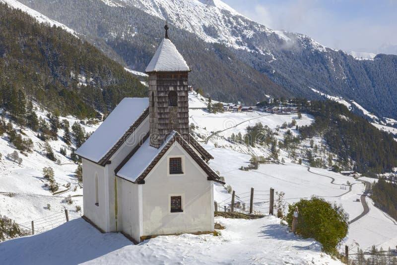 Download Capela em Tirol imagem de stock. Imagem de olhar, monte - 26507219