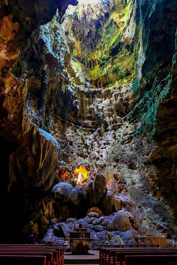 Capela na câmara um de cavernas do callao, penablanca, cagayan, Filipinas foto de stock royalty free