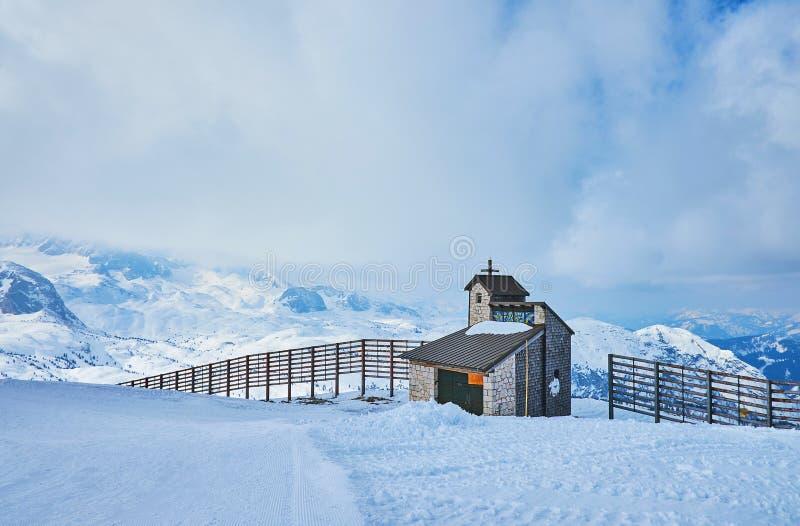 Capela nas montanhas, Dachstein-Krippenstein, Salzkammergut, Áustria fotografia de stock royalty free