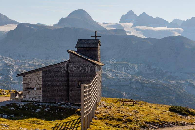Capela no Dachstein no trajeto aos cinco dedos que veem a plataforma imagem de stock