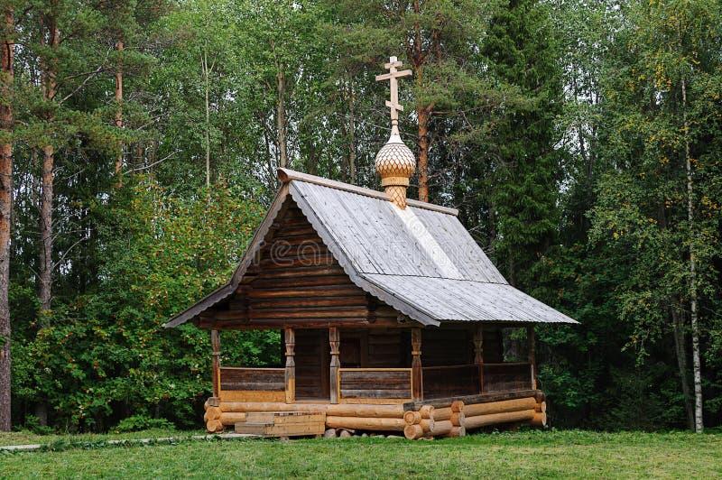 Capela ortodoxo de madeira velha em Rússia norte foto de stock