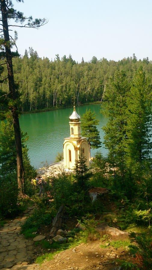 Capela pelo lago imagens de stock