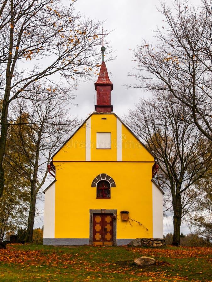 Capela pequena de St John de Nepomuk, ou John Nepomucene, em Zubri, Trhova Kamenice, República Checa fotografia de stock