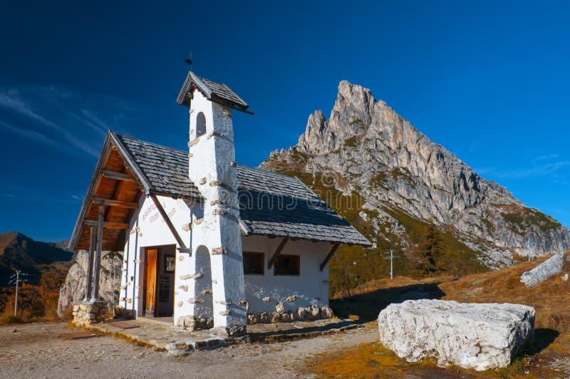 Capela pequena em Passo di Falzarego nas dolomites, Itália imagens de stock royalty free