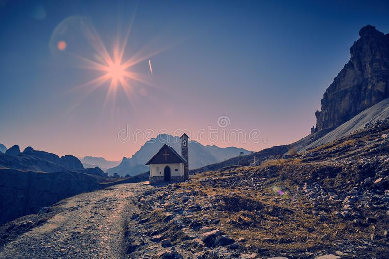 Capela pequena no Dolomiti foto de stock