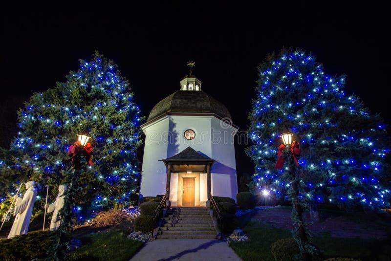 Capela silenciosa da noite no tempo do Natal fotografia de stock