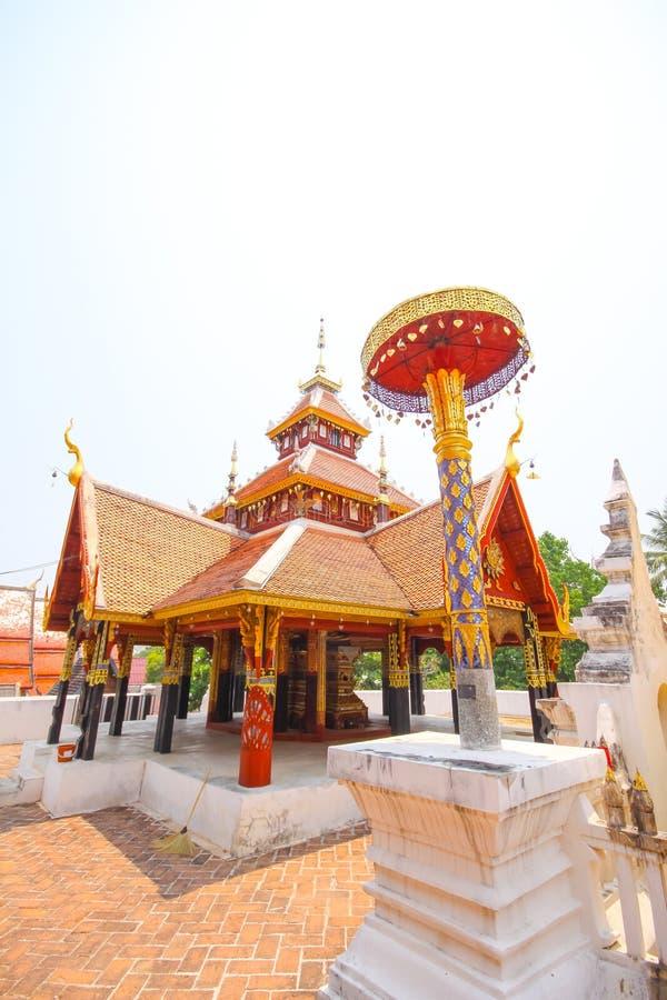 Capela tailandesa da madeira da antiguidade do ouro do templo imagens de stock royalty free