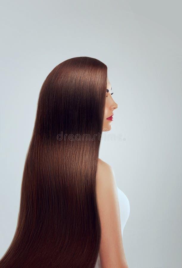 capelli Bella donna con capelli lunghi lussuosi Girl di modello splendido con capelli marroni sani Abbastanza femminile con la st immagini stock libere da diritti