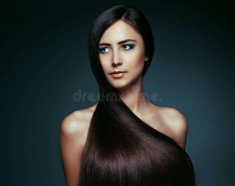capelli Bella ragazza castana Capelli lunghi sani Bellezza W di modello fotografia stock
