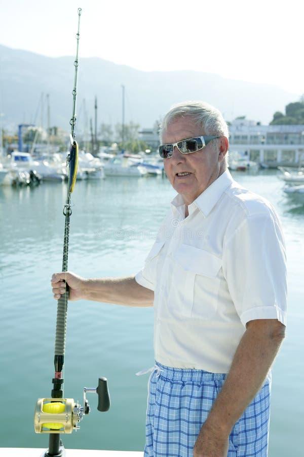 Capelli bianchi del pescatore maggiore della barca fotografie stock libere da diritti