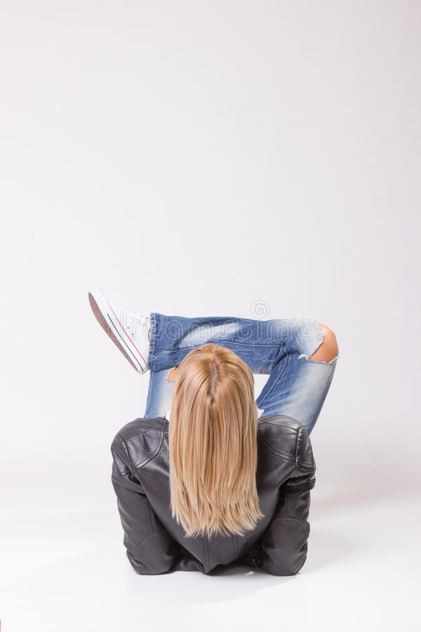 Capelli biondi, donna matura che si trova sulla parte posteriore del pavimento fotografia stock