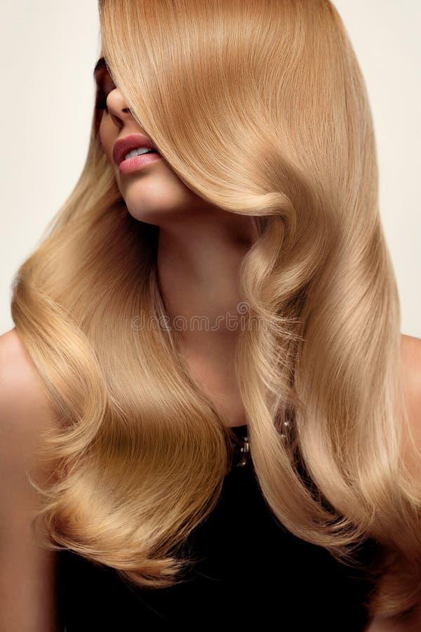 Capelli biondi Ritratto di bella bionda con capelli ondulati lunghi Ciao fotografie stock libere da diritti