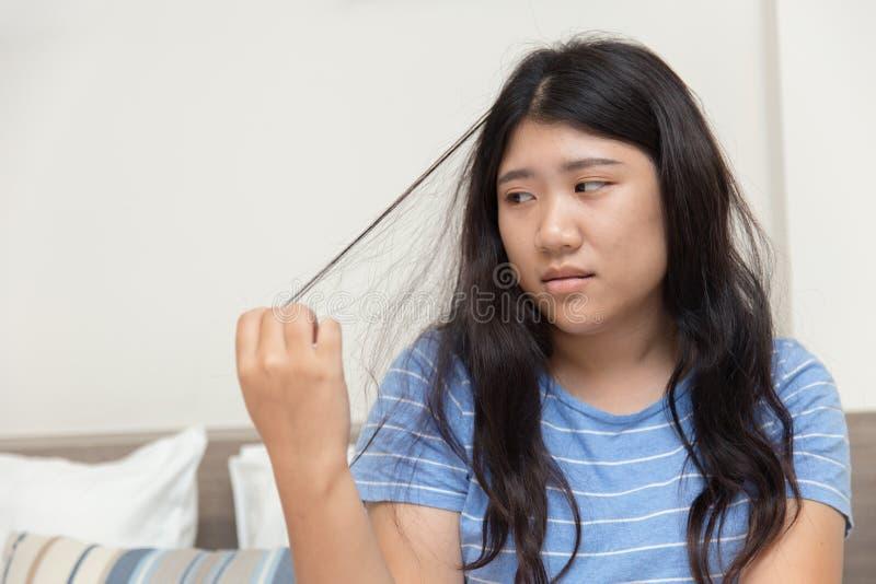 Capelli che tirano disordine o tricotillomania nel problema sanitario di salute mentale teenager della ragazza fotografie stock libere da diritti