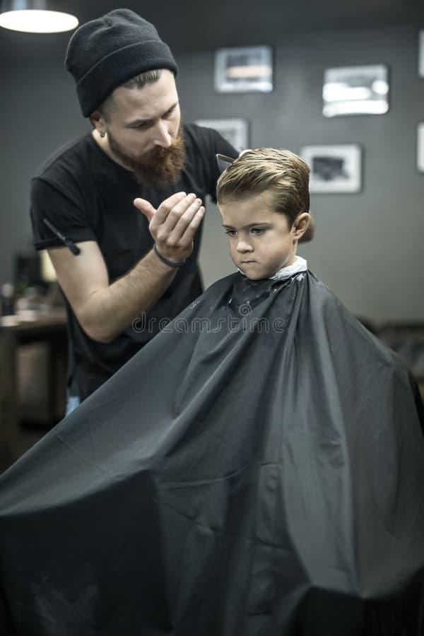 Capelli del ` s del bambino che disegnano nel parrucchiere fotografia stock