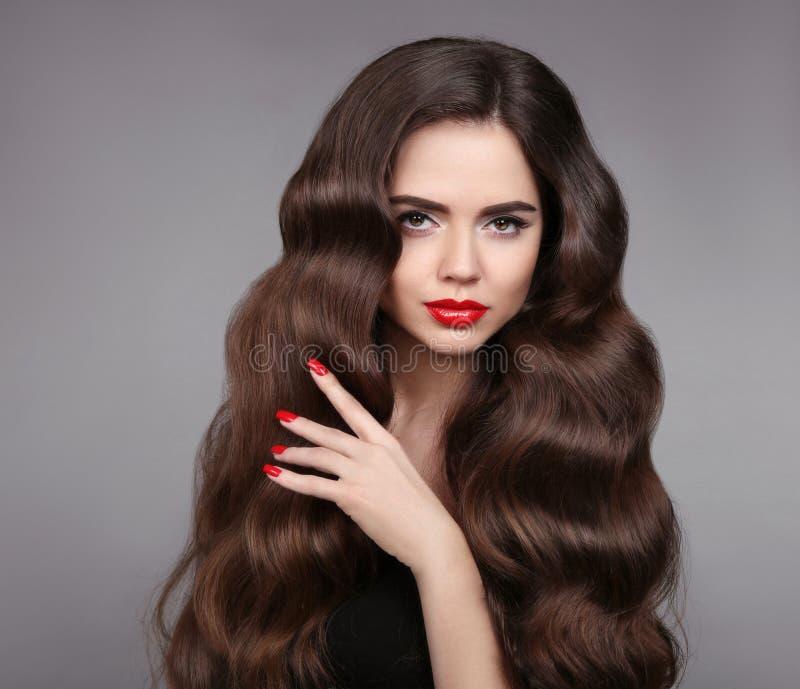 Capelli della ragazza di bellezza Labbra e unghie dipinte rosse Bello modello immagine stock