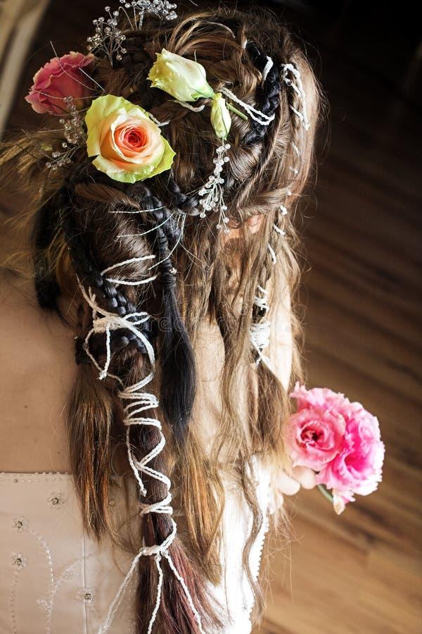 Capelli della sposa con i fiori ed i branelli fotografia stock libera da diritti
