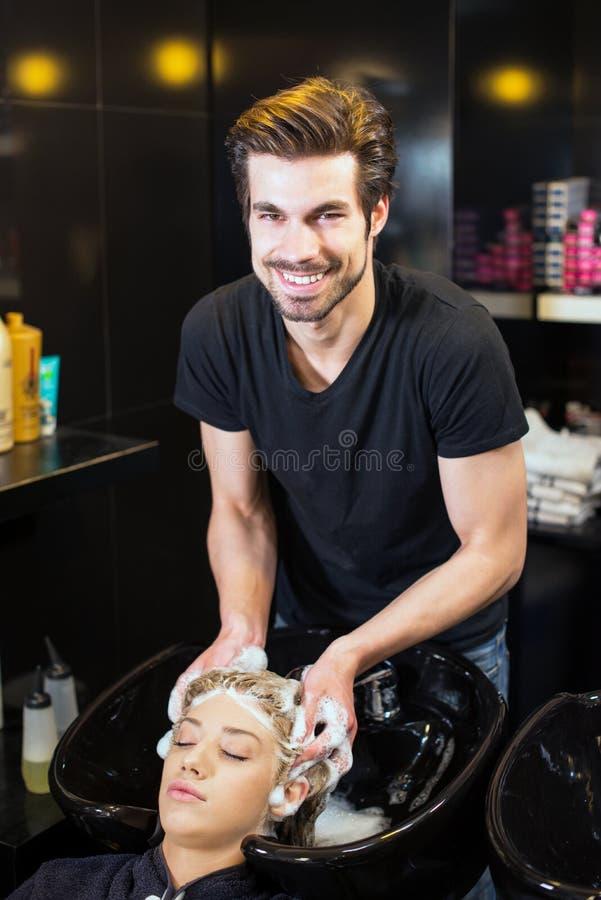 Capelli delle ragazze di lavaggio del parrucchiere fotografie stock libere da diritti