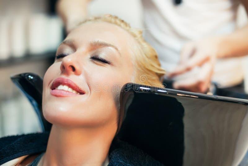 Lavaggio dei capelli fotografia stock. Immagine di ...