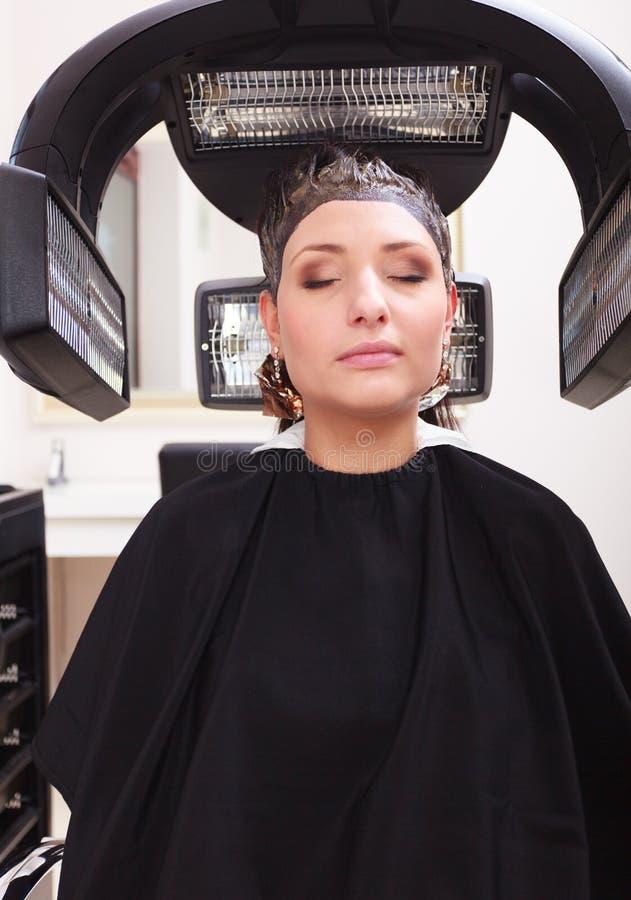 Capelli di morte della donna nel salone di bellezza di lavoro di parrucchiere. Acconciatura. fotografie stock