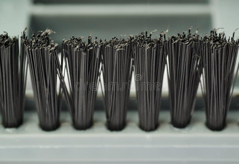 Capelli di piccolo detergente per pennelli tenuto in mano di vuoto come fondo di struttura fotografia stock libera da diritti