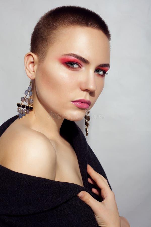 Capelli di scarsità castana di Woman del bello modello di moda e palpebre rosse fotografia stock
