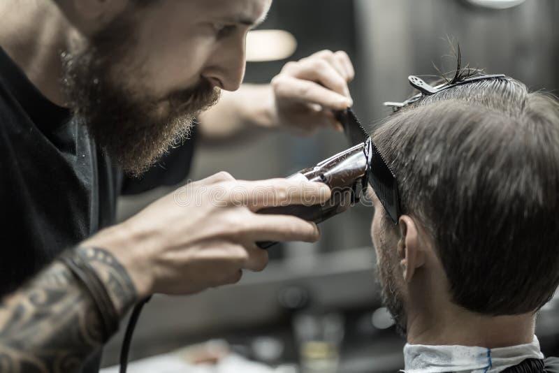 Capelli di taglio in parrucchiere fotografia stock libera da diritti
