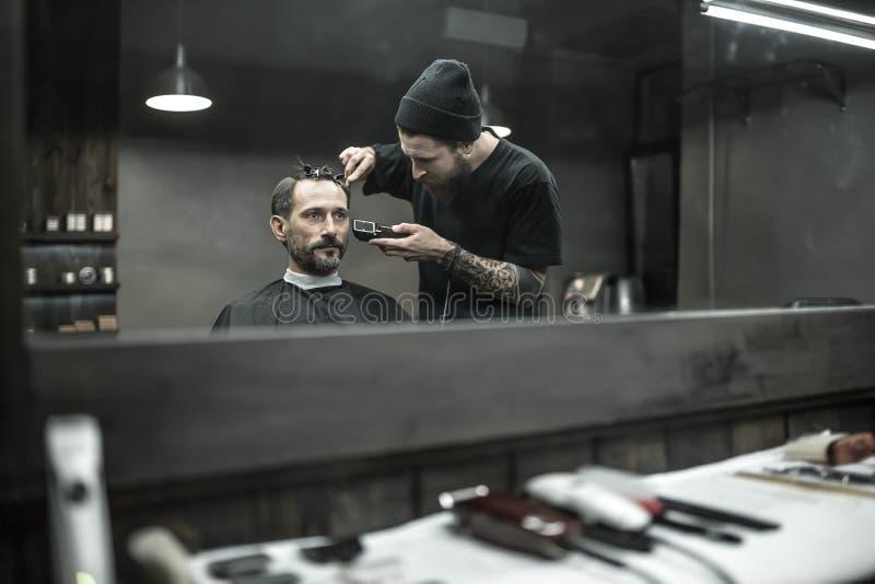 Capelli di taglio in parrucchiere immagini stock libere da diritti