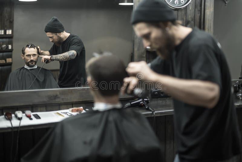 Capelli di taglio in parrucchiere fotografie stock libere da diritti