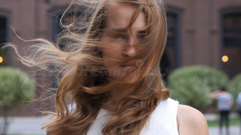 Capelli di volo in vento di bella ragazza, all'aperto fotografia stock libera da diritti