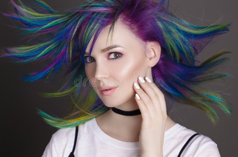 Capelli diritti colorati Ritratto di belle donne con i capelli di volo Ombre pendenza Progettazione bianca del manicure immagini stock libere da diritti