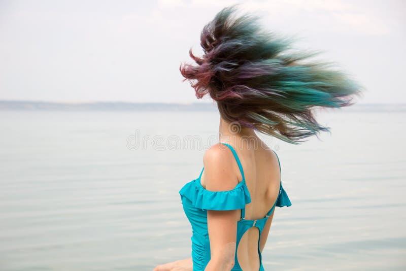 Capelli femminili colorati che fluttuano nel moto fotografia stock libera da diritti
