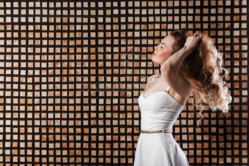 capelli Modello di moda Woman di bellezza che tocca i suoi capelli lunghi e sani di Brown fotografia stock