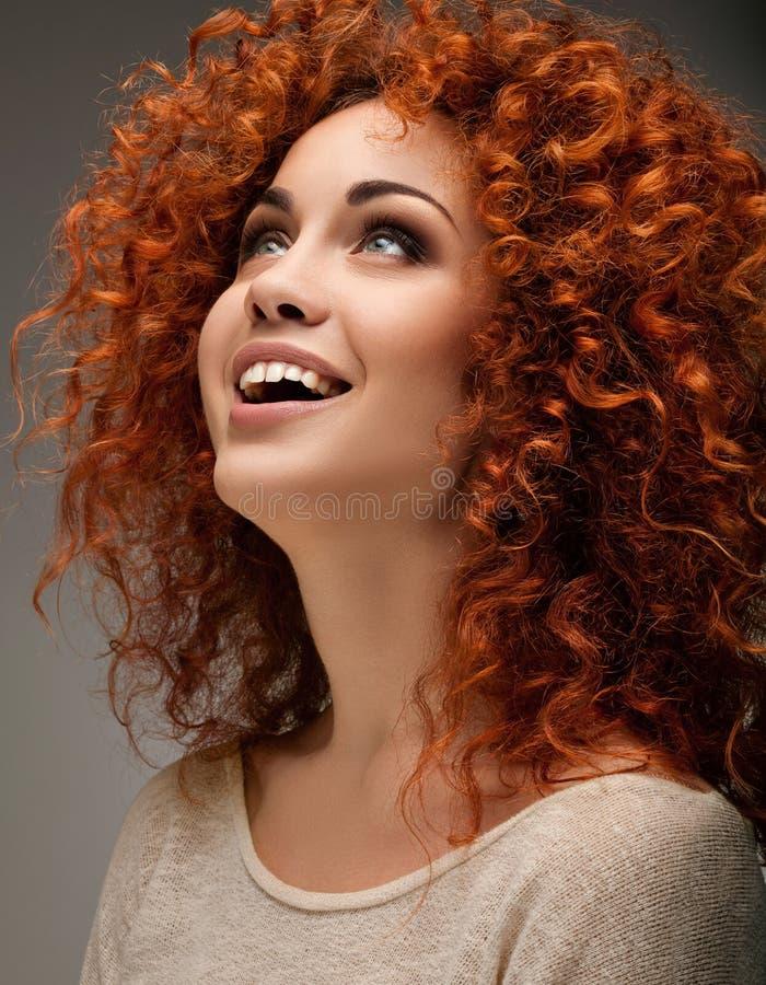 Capelli rossi. Bella donna con capelli lunghi ricci. fotografie stock