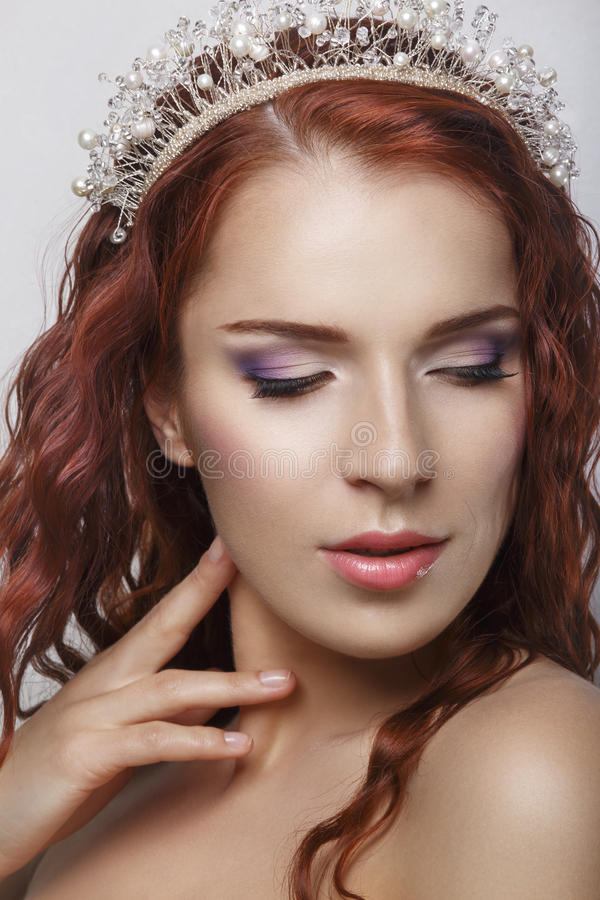 Capelli rossi Bella sposa con capelli lunghi ricci Immagine di alta qualità Bello ritratto sorridente della donna su fondo bianco immagini stock