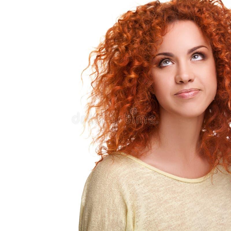 Capelli rossi. Donna con capelli lunghi ricci contro fondo bianco immagini stock libere da diritti