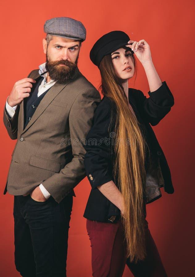 Capelli splendidi Donna con capelli lunghi su fondo di legno Modello con l'acconciatura riccia Concetto del salone di capelli Cur immagine stock