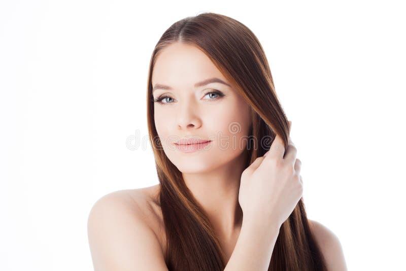Capelli splendidi ritratto di bella ragazza con capelli serici lunghi La giovane donna attraente tocca i capelli immagini stock