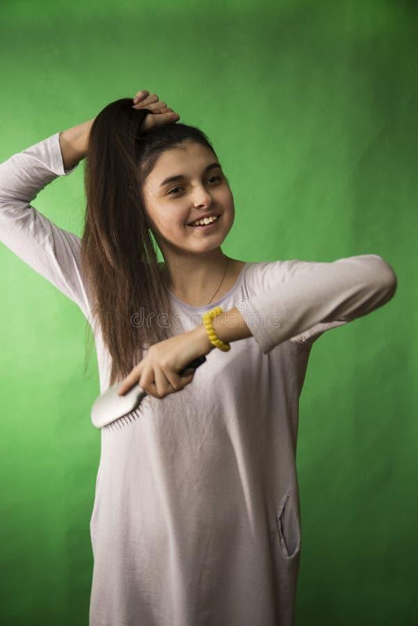 Capelli teenager del pettine della ragazza immagini stock libere da diritti