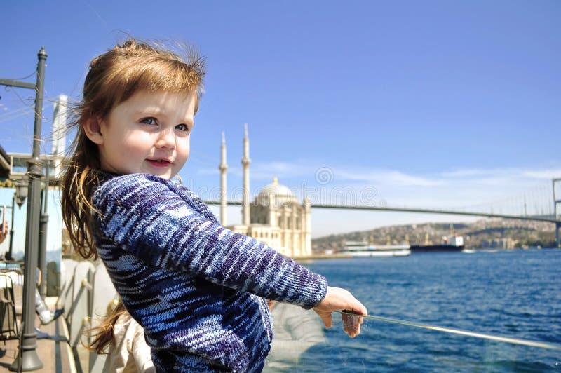 Capelli ventosi, una piccola neonata sul pilastro quando soffiano duro fotografie stock