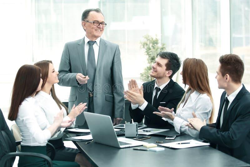 Capi d'applauso del gruppo di affari alla riunione immagini stock