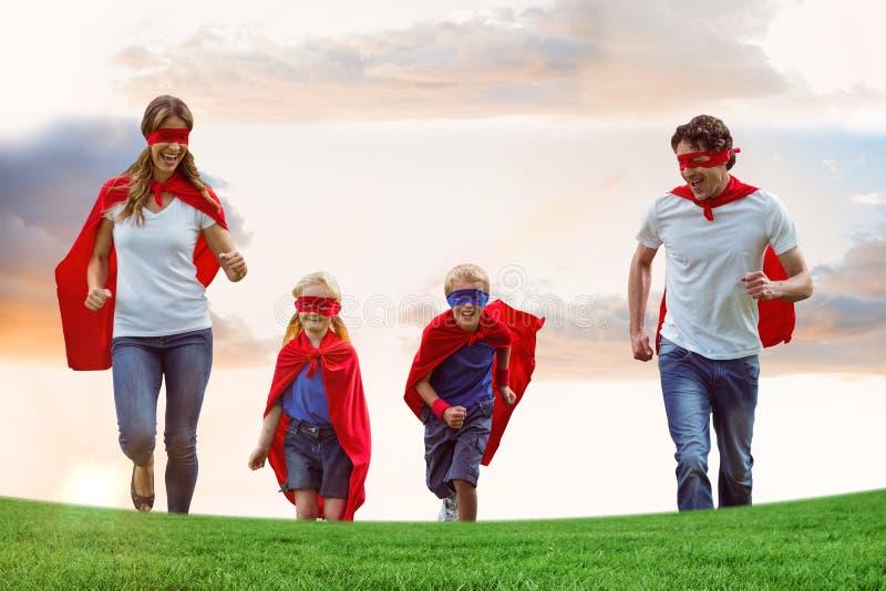 Capi della famiglia e maschere di occhio d'uso mentre mantenendo sul campo contro il cielo immagini stock libere da diritti