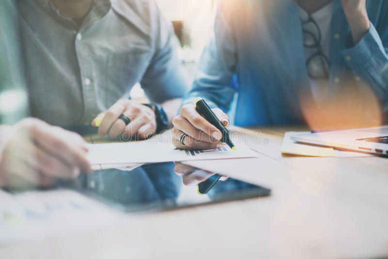 Capi vendite Team Brainstorming Process nello studio moderno dell'ufficio I produttori del progetto utilizzano gli aggeggi di Dig fotografia stock libera da diritti
