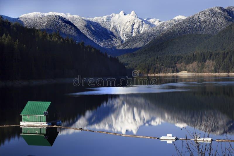 Capilano See Snowy zwei Löwe-Berge Vancouver stockfotografie