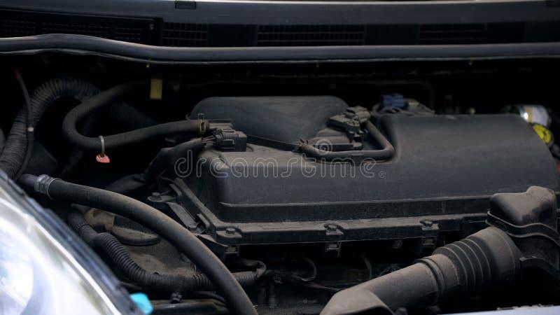 Capilla abierta del motor auto, de vehículo y de los caballos de fuerza, primer de los diagnósticos del automóvil foto de archivo
