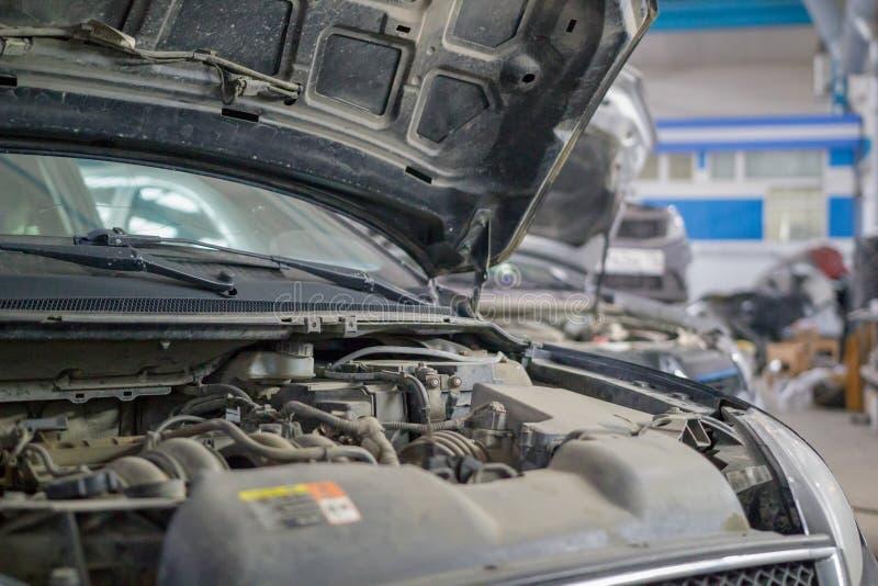 Capilla aumentada de un coche que se coloca en el garaje de una tienda del coche imagen de archivo libre de regalías